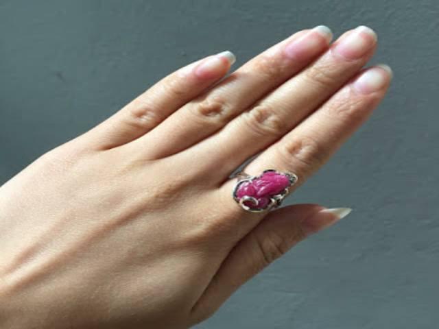 đeo nhẫn tỳ hưu ngón trỏ